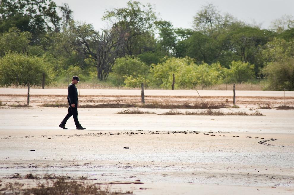 Un estudiante del Postgrado en Historia Militar inspecciona lo que fue un lago salado en Fortín Isla Poí, otro escenario de guerra más, en este lago seco se encuentran fósiles y restos de animales que perecieron. (Elton Núñez - Isla Poí, Paraguay)