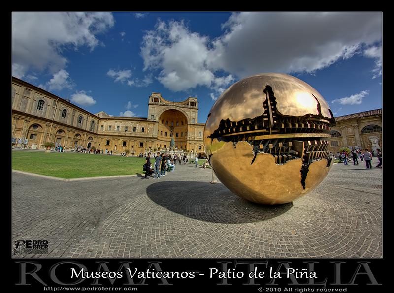 Roma - Museos Vaticanos - la esfera de Pomodoro en el patio de la piña