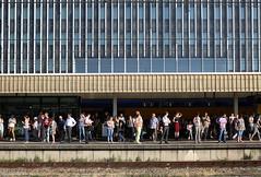 Zomerochtendspits (Maurits van den Toorn) Tags: station bahnhof gare leiden spitsuur rushhour perron bahnsteig quai
