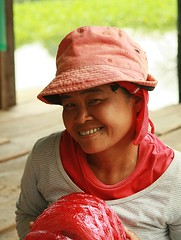 coquettish look from a lady construction worker (the foreign photographer - ฝรั่งถ่) Tags: lady construction worker coquettish look red plastic string hat shirt khlong thanon portraits bangkhen bangkok thailand canon kiss