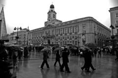 Madrid bajo un paraguas 02 (Cazador de imágenes) Tags: madrid españa rain umbrella d50 lluvia spain nikon nikond50 espagne paraguas spanien spagna spanje ombrello parapluie puertadelsol spania 西班牙 regenschirm spange