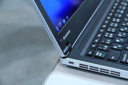 ThinkPad Edge 13 モニターのヒンジ