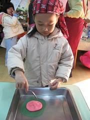 20100113-zozo要做湯匙粿 (2)