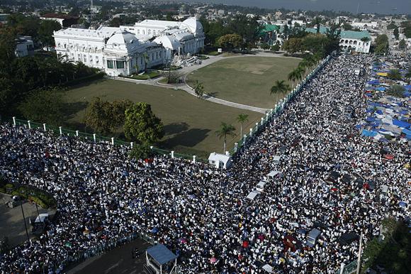 Haiti reza unida despues de un mes del terremoto