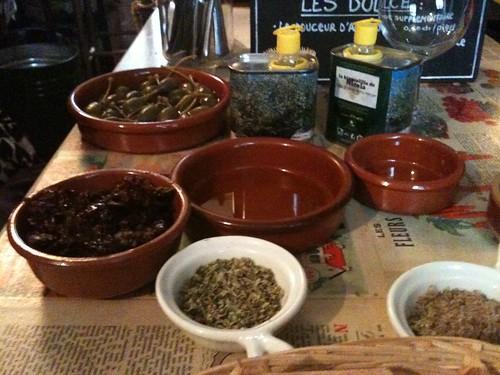 La Tête dans les olives: Caper berries, sundried tomatoes, wild oregano
