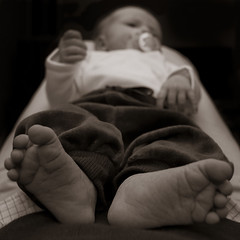 Big foot (Kim Ledin) Tags: baby feet barn foot infant child vila rest pacifier lay fot napp lovisa nyfdd bebis ftter ligga