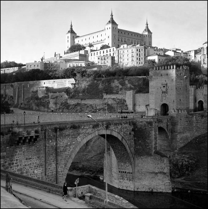 Puente de Alcántara y Alcázar de Toledo en 1967. Fotografía de John Fyfe
