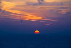 No te escondas todava Do not hide yet (El Templario) Tags: blue sunset sea sky sun sol azul atardecer mar nikon tramonto cielo d80 mygearandme mygearandmepremium mygearandmebronze mygearandmesilver