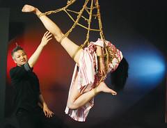 表示許久沒有練習繩縛的小林,表示這次展示很緊張,但仍舊呈現了華麗的縛吊。(攝/陳韋臻)