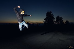 Kung Fu Nico (Julien Ratel ( Jll Jnsson )) Tags: lighting nightphotography light sunset cactus lightpainting france night montagne canon jump tokina johanna vivitar nuit saut kungfufighting chamrousse isre rhnealpes ceelo 1224f4 strobist strobism eos40d mrdin blueju38 julienratel julienratelphotography blueju nicolasbdotnet misterclic juliendesclics sebastienbrunet