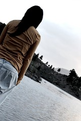 ¿Y si fuera ella? (Mariano Rupérez) Tags: girl mujer agua chica cielo soledad presa grancanarias melaconlía