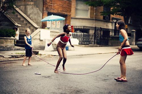 [フリー画像] 人物, 子供, 少女・女の子, アメリカ人, 縄跳び, 201006120700