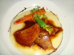 Papada de cerdo ibérico con crema de patata y aceite de trufa