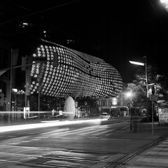 passing by the friendly alien (lennox_mcdough) Tags: 2003 longexposure bw 120 film night rollei analog rolleiflex mediumformat iso100 austria österreich kodak tmax iso400 kunsthaus noflash graz negativescan tmax400 steiermark styria asa400 asa100 oesterreich plastik a11 rollfilm longtimeexposure friendlyalien frankeheidecke rolleiflex6008 rolleiflex6008professional canoscan9000f carlzeissplanar80mmf28pqhft