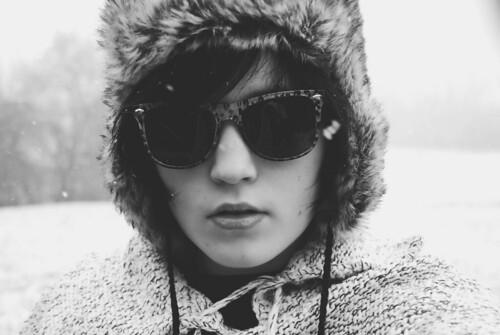 フリー画像| 人物写真| 女性ポートレイト| 白人女性| サングラス| モノクロ写真|      フリー素材|