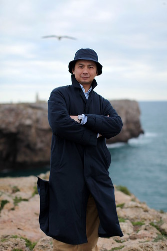 Macau em Sagres – o Infante D. Henrique haveria de gostar desta Portugalidade além-mar (chapéu e gabardina Labrador)