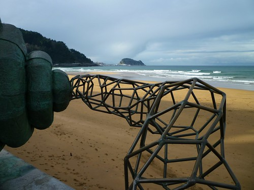 Zarauz - A Traves De - Sculpture by Dora Salazar