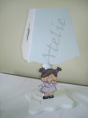 abajur laqueado menininha (Imer atelie) Tags: luz branco infantil bebe quarto criança decora decoração abajur mesa pintura mdf lilas recorte aplique menininha iluminaria imeratelie alqueado