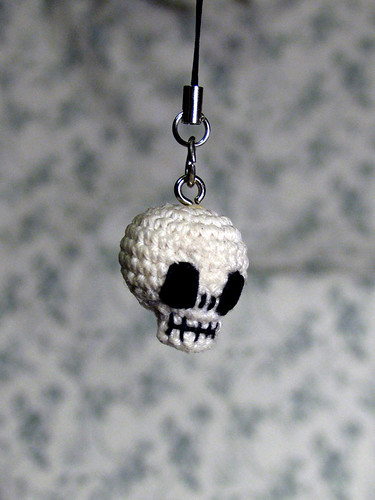 Amigurumi skull key ring