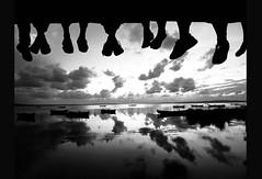 [フリー画像] [人物写真] [一般ポートレイト] [シルエット] [集団/グループ] [足] [船舶/ボート] [モノクロ写真]    [フリー素材]