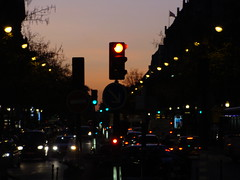 Red Light (Punk Marciano) Tags: trafficlights paris lights traffic redlight paristraffic dawnlights