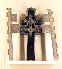 Cross-reliquary of the True Cross and its case, France 13c-early 14c (Kotomi_) Tags: trip travel holiday paris france museum gold medieval gems jewel filigree clunymuseum museenationaldumoyenage hotelducluny