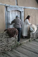 Hallveig und Harlindia am Haus des Tuchhändlers in Haithabu - Museumsfreifläche Wikinger Museum Haithabu WHH 04-04-2010