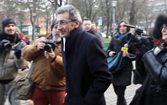 Flavio Delbono sorridente all'uscita dalla Procura di Bologna