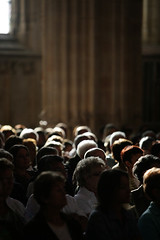 Bourg-en-Bresse, FRANCE. Spectateurs pendant un concert de musique classique, église de Brou. (gilletdaniel) Tags: concert direction soirée mozart monastère musique reportage chant orchestre ain classique brou lyrique monastre soirže martingester