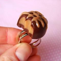 anel bombom com recheio de caramelo (pokkuru.) Tags: food miniature strawberry sweet chocolate mini fimo cupcake clay morango polymer pokkuru