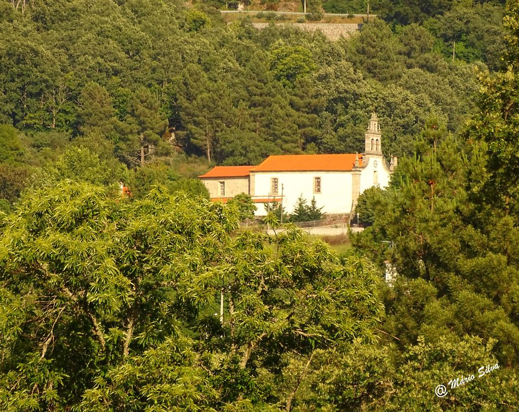 Águas Frias (Chaves) - ... a igreja matriz por entre o arvoredo ...