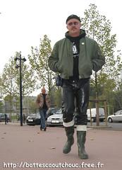 Pantalon latex & bottes caoutchouc (pascal en bottes) Tags: boots goma rubber latex trousers pascal gummi gummistiefel bottes botas gumboots gomma pantalon caoutchouc laarzen stivali hule stövlar