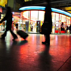 L'un reste, l'autre part (philoufr) Tags: portrait motion blur paris station night speed square rushhour nuit flou mouvement sncf vitesse garesaintlazare heuredepointe carrfranais canonpowershots90