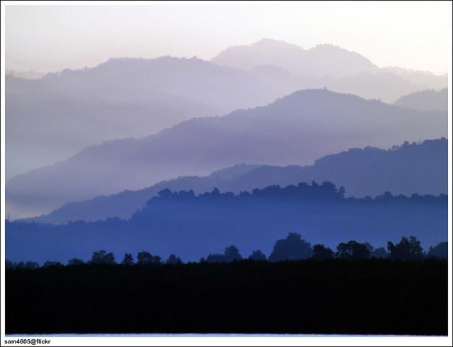 Lukisan alam pagi di lipatan warna samar
