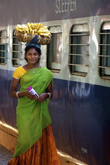 (tijen*) Tags: woman india station train tren banana orissa seller muz hindistan satc kadn istasyonu updatecollection