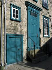 Deux portes / Two doors (Kap-) Tags: door old blue canada window stone stairs facade pierre steps entrance bleu québec porte gutter quebeccity fenêtre escalier façade vieux entrée vieuxquébec oldquebec marches gouttière villedequébec