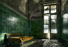 Beelitz Heilsttten ''Einzelzimmer fr Privatpatienten'' - ''single room for private patient'' (Matthias (Bolle)) Tags: old urban abandoned hospital germany deutschland lights licht alt fenster fliesen couch sofa tiles urbanexploration orte sanatorium der brandenburg spiegelung tr ein pltzchen krankenhaus zeit verlassen ort klinik urbex vergangenheit marode verfallen reflectance beelitz vergessene relikte lichtschein heilsttten heilanstalt lauschiges