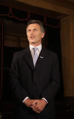 Macri recibe a los invitados para la reapertura del Teatro Col