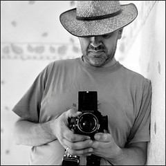 Autoportrait  l'Hasselblad (Beunoa) Tags: autoportrait d76 hasselblad500cm planar80mm kodakpx125
