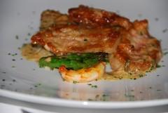 Mollejas de ternera con salsa de estragón, arroz frito con trigueros y langostino.