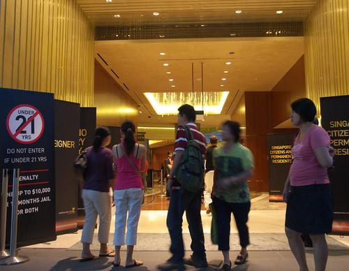 金沙賭場的入口,很多人在此徘徊喔