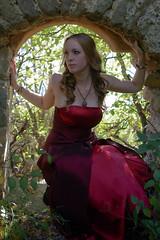 IMGP9643 (la fe_M) Tags: light portrait woman nature beautiful beauty rouge ruins dress pentax robe lumire femme beaut belle sweetness calme verdure k10 ruines k10d pentaxk10d lafeem