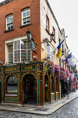 Ireland - Dublin - Temple Bar area - Quays Bar (Marcial Bernabeu) Tags: marcial bernabeu bernabéu irlanda ireland dublin dublín street calle pub irlandes irlandés irish temple bar area zona barrio flags banderas quays