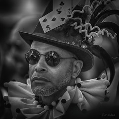 el rey de la baraja (aldea, flor) Tags: bnw retrato canon calle madrid monocromatico gente portrait people personas orgullo word pride