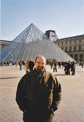 Philippe. Pyramide du Louvre, Paris. (Only Tradition) Tags: bear paris france frankreich bears frana frankrijk 75 prizs francia franca parijs parigi franciaorszg   frana