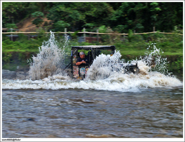Tambunan 4x4 Challenge - 4x4 swimming in the river