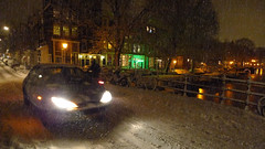Heavy snowfall hits Amsterdam (Bn) Tags: city bridge snow amsterdam night topf50 shot letitsnow sneeuwpoppen gezellig winterwonderland sneeuwpret tms brouwersgracht sneeuwvlokken winterscene amsterdambynight tellmeastory 50faves spiegelglad prachtigamsterdam januari2010 dichtesneeuw amsterdamonregeld winterdocumentary amsterdamgeniet koplampenindesneeuw geenwinterbanden amsterdamindesneeuw mooiesneeuwplaatjes vallendesneeuwvlokken sleetjerijdenvanafdebrug stadvastdoorzwaresneeuwval sneeuwvalindejordaan heavysnowfallhitsamsterdam autoopdegrachtenindesneeuw sneeuwindejordaan iceageinamsterdam winterin2010 besneeuwdestad