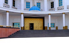 golden entrance door to museum with turquoise dome and stairs (Ginas Pics) Tags: blue copyright house color building window smart wall architecture stairs religious gold golden asia turquoise religion pillar holy architect dome sacred marble uzbekistan gebäude sacredsite koran opendoor usbekistan turkmenistan goldendoor 2015 travelphotography ginaspics famousbuilding aschgabad turquoisedome reginasiebrecht copyright©2015reginasiebrecht