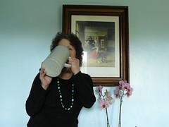 Autoportrait à la buveuse de De Hooch mais, attention, au début il faut bien deux mains pour soulever la chope! (Marie-Hélène Cingal) Tags: selfportrait france southwest beer autoportrait ale bier 40 bière orchidée landes sudouest aquitaine chope kulmbach cagnotte pieterdehooch deuxlitres twoliters paysdorthe labuveuse