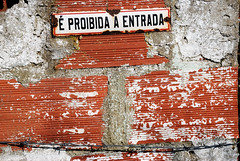 proibida a entrada... (canau) Tags: smile aviso parede tijolo arame farpado